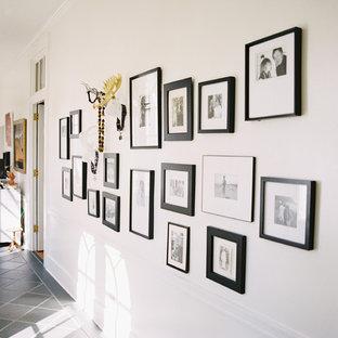 他の地域の中くらいのコンテンポラリースタイルのおしゃれな廊下 (白い壁、セラミックタイルの床) の写真
