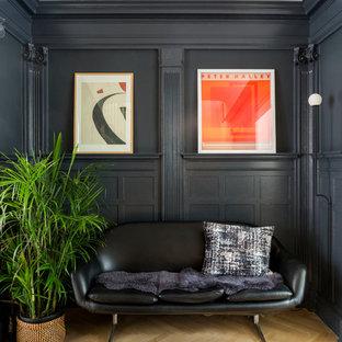 Inspiration för små klassiska hallar, med vita väggar, ljust trägolv och beiget golv