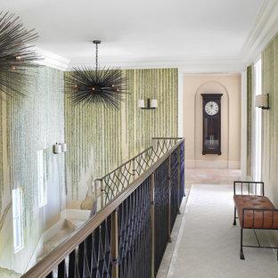 Medelhavsstil inredning av en stor hall, med flerfärgade väggar, klinkergolv i porslin och beiget golv