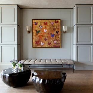 Idée de décoration pour un très grand couloir design avec un mur gris et un sol en bois brun.