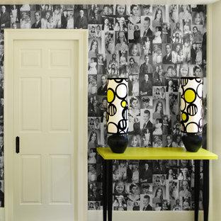 На фото: коридор в современном стиле с белыми стенами и черным полом