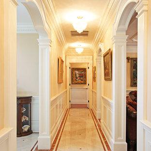 Aménagement d'un couloir classique de taille moyenne avec un mur beige et un sol en linoléum.