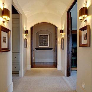 Immagine di un grande ingresso o corridoio tradizionale con pareti beige e moquette