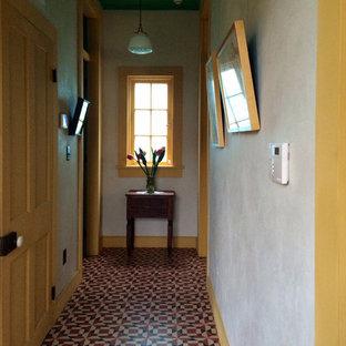 ニューオリンズの中サイズのエクレクティックスタイルのおしゃれな廊下 (白い壁、マルチカラーの床) の写真