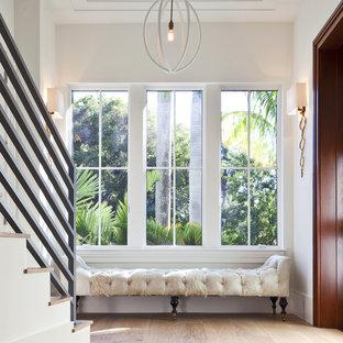 Modelo de recibidores y pasillos clásicos renovados, de tamaño medio, con paredes blancas y suelo de madera clara