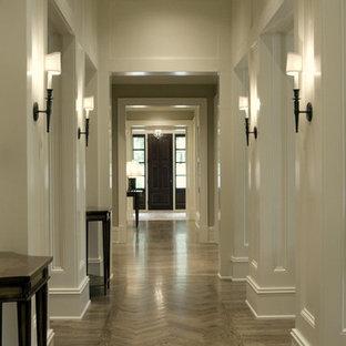 Klassisk inredning av en hall, med vita väggar, grått golv och ljust trägolv