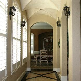 Inspiration för klassiska hallar, med beige väggar och flerfärgat golv