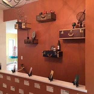 Inspiration pour un couloir bohème de taille moyenne avec un mur orange, un sol en bois brun et un sol marron.