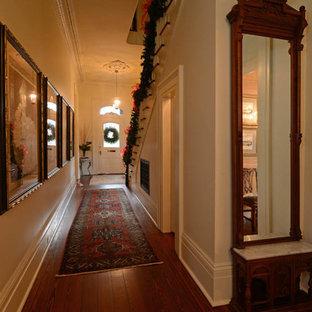 Inspiration för stora klassiska hallar, med vita väggar och mörkt trägolv