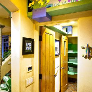 Свежая идея для дизайна: коридор в стиле фьюжн с бежевыми стенами и полом из терракотовой плитки - отличное фото интерьера