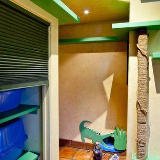 サンタバーバラのエクレクティックスタイルのおしゃれな廊下 (ベージュの壁、テラコッタタイルの床) の写真