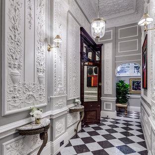 Idées déco pour un couloir victorien avec un mur gris et un sol en marbre.
