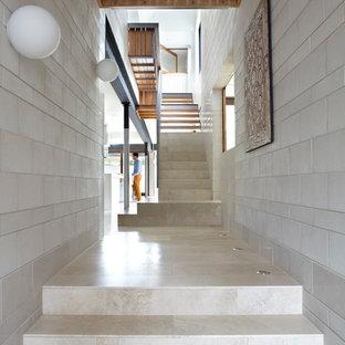 ブリスベンのコンテンポラリースタイルのおしゃれな廊下 (グレーの壁、白い床) の写真