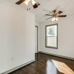 Foto de recibidores y pasillos clásicos renovados, pequeños, con paredes blancas, suelo de madera oscura y suelo marrón