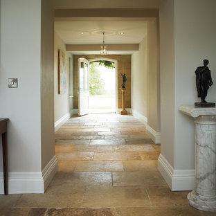 Идея дизайна: коридор в классическом стиле с полом из известняка