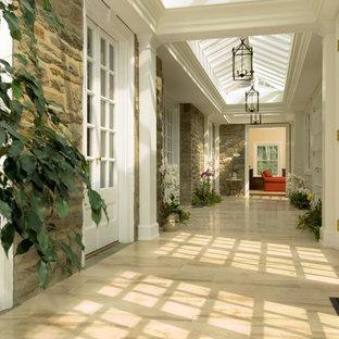 フィラデルフィアの広いトラディショナルスタイルのおしゃれな廊下の写真