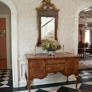 Exempel på en mellanstor klassisk hall, med beige väggar, målat trägolv och flerfärgat golv