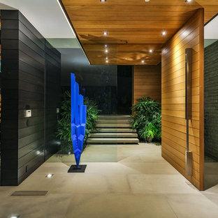 Großer Moderner Flur mit Betonboden und beigem Boden in Los Angeles