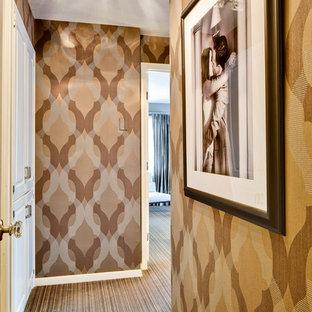 Ejemplo de recibidores y pasillos eclécticos con moqueta