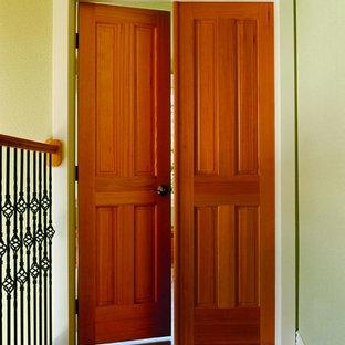 Пример оригинального дизайна: маленький коридор в классическом стиле с коричневыми стенами, паркетным полом среднего тона и коричневым полом