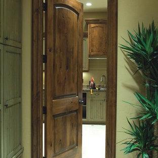 Inspiration för en liten tropisk hall, med gröna väggar, klinkergolv i keramik och grått golv