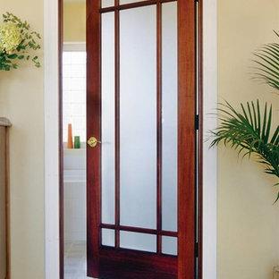 Idéer för små tropiska hallar, med beige väggar, betonggolv och brunt golv