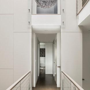 ボストンのモダンスタイルのおしゃれな廊下 (白い壁、三角天井、パネル壁) の写真
