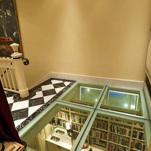 他の地域のエクレクティックスタイルのおしゃれな廊下 (ベージュの壁、マルチカラーの床) の写真