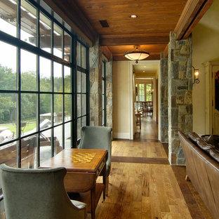 Inspiration för en rustik hall, med beige väggar, mellanmörkt trägolv och flerfärgat golv