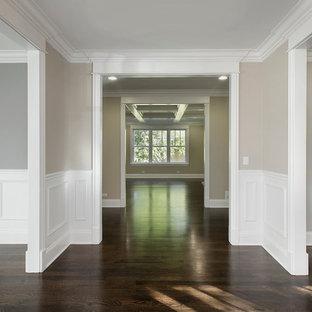 Inspiration för stora klassiska hallar, med grå väggar och mörkt trägolv