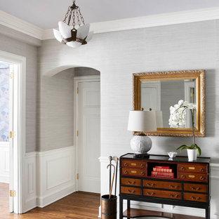 シカゴの中くらいのトランジショナルスタイルのおしゃれな廊下 (無垢フローリング、茶色い床、グレーの壁、羽目板の壁、壁紙) の写真