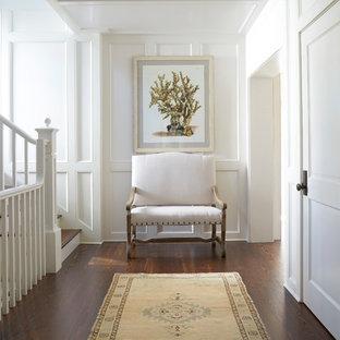 Inspiration för maritima hallar, med vita väggar, mellanmörkt trägolv och brunt golv