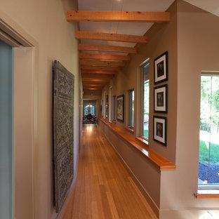 Exempel på en mellanstor eklektisk hall, med beige väggar och bambugolv