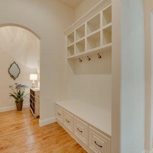 Пример оригинального дизайна: коридор среднего размера в средиземноморском стиле с белыми стенами и светлым паркетным полом