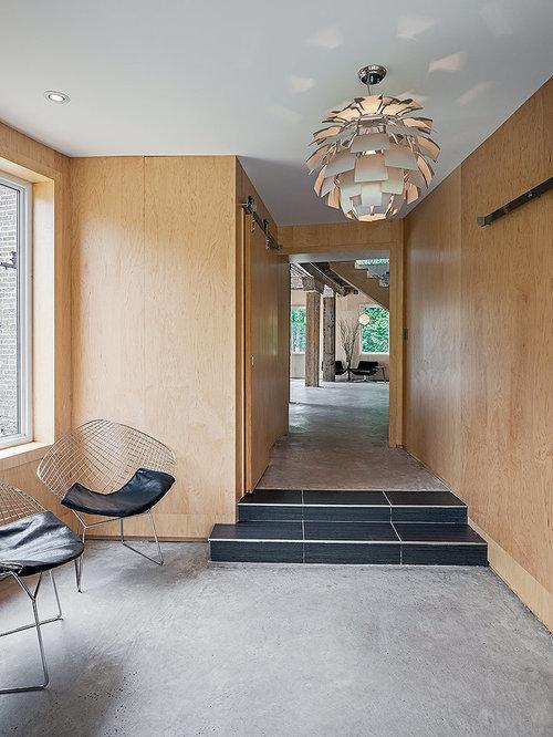 Couloir avec un sol en b ton soubassement en lambris for Decoration couloir moderne