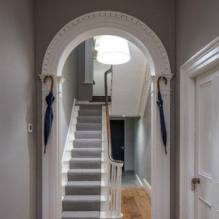 Свежая идея для дизайна: коридор в викторианском стиле с серыми стенами и паркетным полом среднего тона - отличное фото интерьера