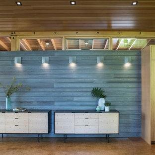 Idéer för en mellanstor modern hall, med grå väggar, bambugolv och beiget golv