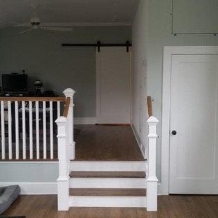 Modelo de recibidores y pasillos clásicos renovados, pequeños, con paredes grises, suelo de madera en tonos medios y suelo marrón