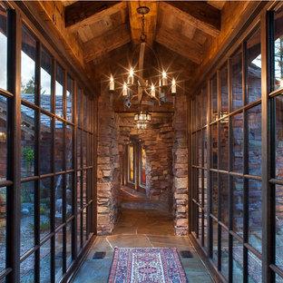 Inspiration för stora rustika hallar, med skiffergolv