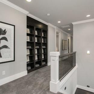 Стильный дизайн: большой коридор в стиле неоклассика (современная классика) с серыми стенами и ковровым покрытием - последний тренд