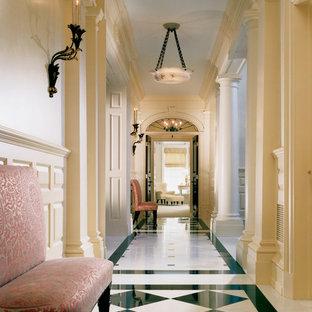 ニューヨークのトラディショナルスタイルのおしゃれな廊下 (ベージュの壁、大理石の床) の写真