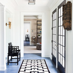 Cette photo montre un couloir chic avec un mur blanc et un sol bleu.