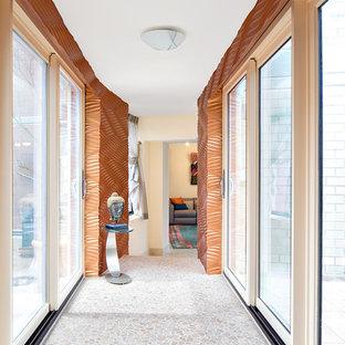 Idee per un ingresso o corridoio minimal di medie dimensioni con pareti arancioni e pavimento bianco