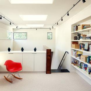 Idéer för att renovera en funkis hall, med vita väggar, heltäckningsmatta och vitt golv