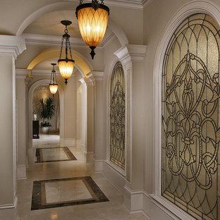 マイアミのヴィクトリアン調のおしゃれな廊下 (ベージュの壁、マルチカラーの床) の写真