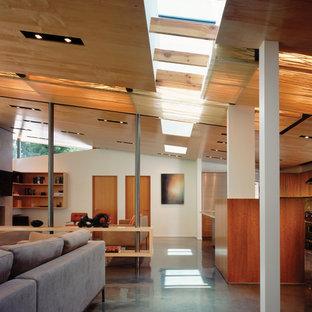 Bild på en mellanstor funkis hall, med vita väggar och betonggolv