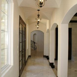 Inspiration för stora medelhavsstil hallar, med beige väggar och kalkstensgolv