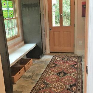 Immagine di un piccolo ingresso o corridoio country con pareti rosa, pavimento in ardesia e pavimento multicolore