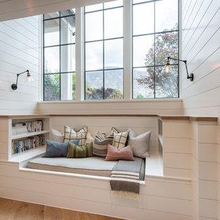 Foto de recibidores y pasillos campestres con paredes blancas, suelo de madera en tonos medios y suelo marrón