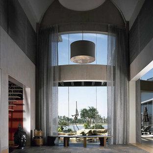 Inspiration för en mycket stor funkis hall, med grå väggar och skiffergolv